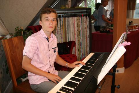 Ein junges Talent an seinem Keyboard