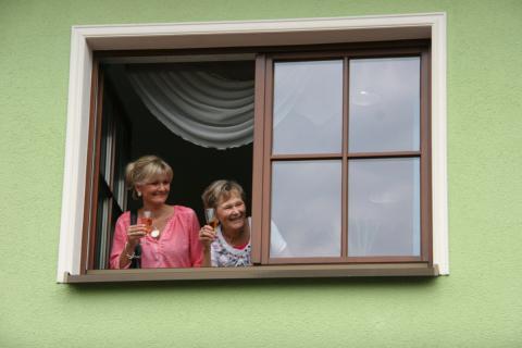 Unsere Mädels begrüßen unsere Gäste aus dem Fenster