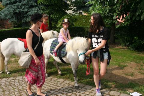 Die Kleinen haben richtig Spaß beim Ponyreiten