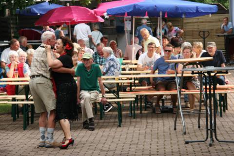 Unsere Sänger tanzt mit einem Gast